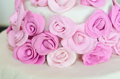 紫色玫瑰软的白色婚宴喜饼 免版税库存照片