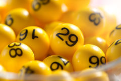 黄色球背景与宾果游戏数字的 库存图片