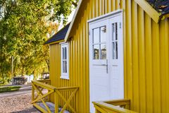 黄色瑞典样式房子 免版税库存照片