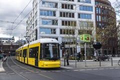黄色电车在柏林,德国 免版税图库摄影
