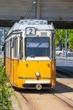 黄色电车在Elisabeth桥梁下在布达佩斯 免版税图库摄影