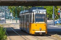黄色电车在Elisabeth桥梁下在布达佩斯 库存照片