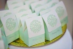 绿色白色桌装饰 免版税库存图片