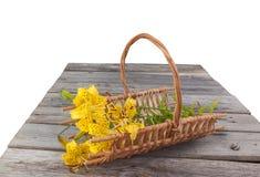 黄色百合香茅油花束在篮子的 免版税库存照片