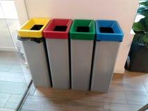 色的不同回收废物箱 免版税库存照片