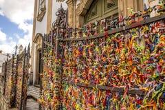 色的丝带被栓在教会入口在巴伊亚,巴西 库存照片