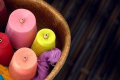 色的丝绸螺纹短管轴被编织的丝绸布料的 免版税图库摄影