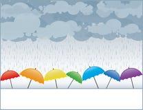 色的伞在雨中 皇族释放例证