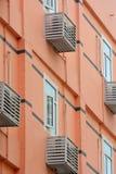 住所与空调器的色的大厦 免版税库存照片