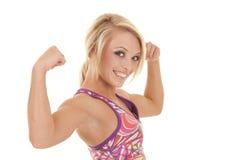 色的体育胸罩白肤金发的妇女边肌肉 免版税库存照片