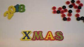 色的信件清楚地说明在白色帆布的Xmas与圣诞节礼物 免版税库存照片