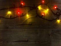 色的光圣诞节诗歌选 抽象空白背景圣诞节黑暗的装饰设计模式红色的星形 与光和大方的本体空间的planked木头 库存图片