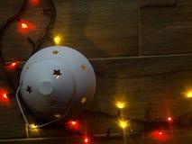 色的光圣诞节诗歌选 抽象空白背景圣诞节黑暗的装饰设计模式红色的星形 与光和大方的本体空间的planked木头 免版税库存图片