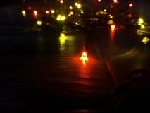 色的光圣诞节诗歌选 抽象空白背景圣诞节黑暗的装饰设计模式红色的星形 与光和大方的本体空间的planked木头 免版税库存照片