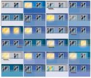 色的公寓在晚上 免版税库存照片