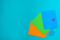 色的切板和形式烘烤的在心脏形状  免版税库存图片