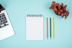 色的办公桌桌用设备 免版税库存图片