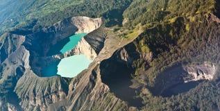 色的印度尼西亚kelimutu湖 库存照片