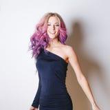 色的发型 画象微笑和有飞行头发的大蓝眼睛的惊奇的妇女 Ombre 梯度 图库摄影