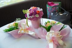 色的和圆的桃红色花花束 对儿童` s生日 不自觉 库存照片