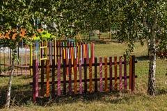 色的和明亮的儿童` s篱芭 库存图片