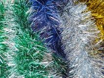 色的圣诞节闪亮金属片背景  免版税库存照片