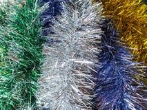 色的圣诞节闪亮金属片背景  免版税图库摄影