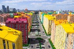 色的城市街道全景鸟瞰图  免版税库存照片
