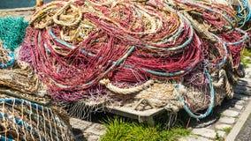 色的堆老和使用的捕鱼网 免版税库存照片