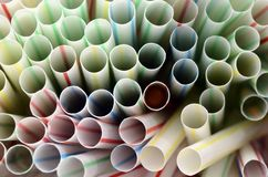 色的塑料秸杆 免版税库存照片