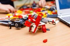色的塑料建筑块或砖玩具 库存图片