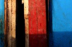 色的墙壁和红色门 免版税库存图片