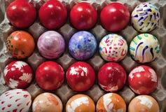 色的复活节彩蛋和手画 免版税库存图片