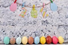 色的复活节彩蛋行  免版税库存照片