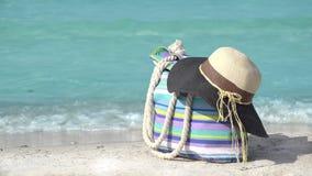 色的夏天袋子和帽子在海滨,蓝色挥动飞溅,美好的海景 股票录像