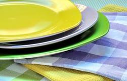 色的多餐巾牌照 免版税库存照片