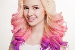 色的头发 微笑的妇女画象有卷发的 Ombre 梯度 免版税图库摄影