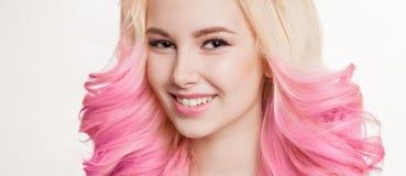 色的头发 微笑的妇女画象有卷发的 Ombre 梯度 库存照片