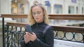 黑色的妇女与电话 股票录像