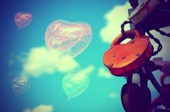 色的婚姻的锁和气球以心脏的形式 库存图片