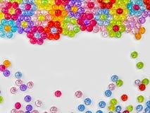 色的小珠背景在白色背景的 免版税库存照片