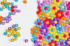 色的小珠背景,花背景由色的小珠做成 免版税库存照片