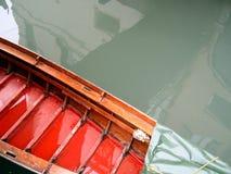 色的小船底层 库存照片
