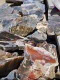 色的岩石、宝石和矿物待售在布赖斯村庄在犹他美国 免版税库存图片
