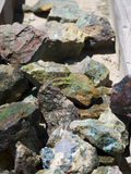 色的岩石、宝石和矿物待售在布赖斯村庄在犹他美国 免版税图库摄影