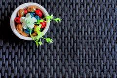 色的巧克力复活节彩蛋为在黑暗的柳条桌上的假日 皇族释放例证