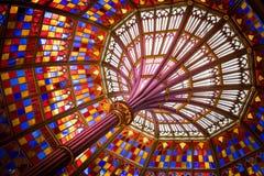 色的彩色玻璃天花板在老路易斯那州国会大厦 库存图片