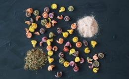 色的意大利面团布局与桃红色喜马拉雅盐的和赞成 库存照片