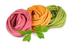 色的意大利细面条面团和荷兰芹 免版税库存图片
