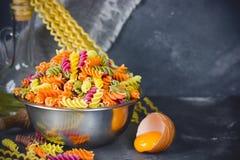 色的意大利fusilli面团,烹调自创过去的过程 图库摄影